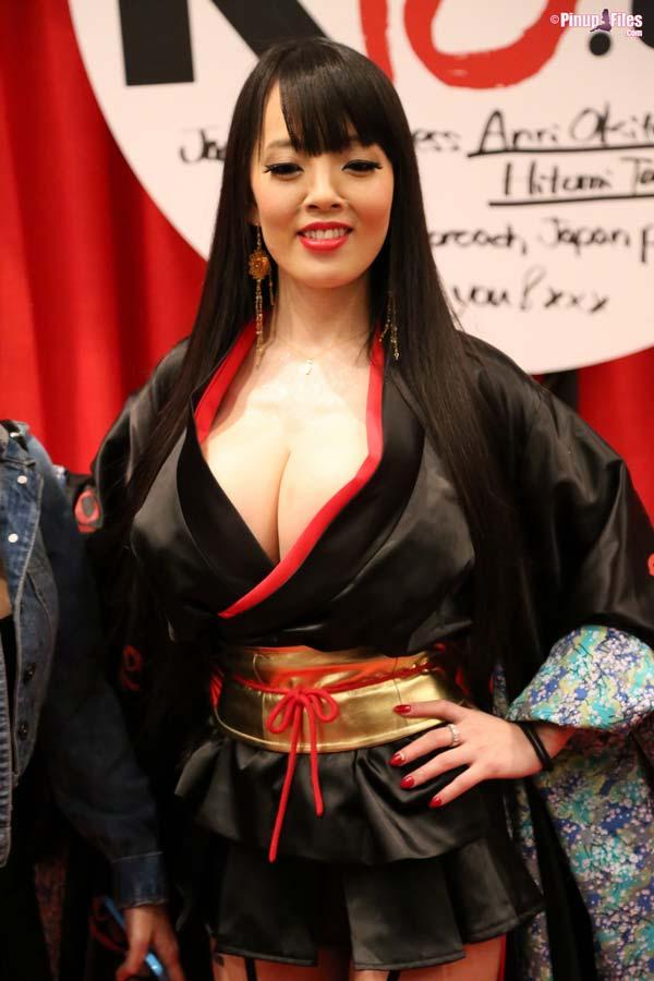 busty-natural-japanese-hitomi-tanaka-at-the-avn-20153