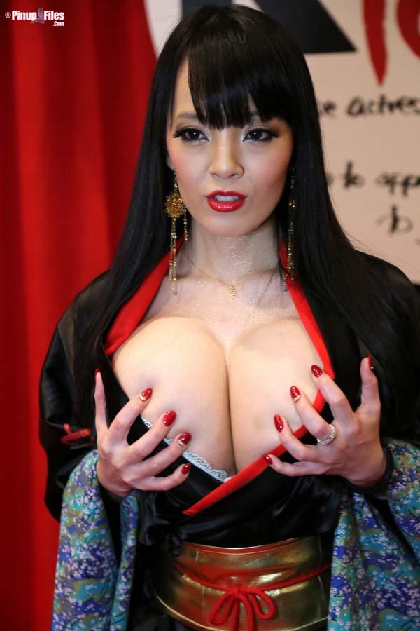 busty-natural-japanese-hitomi-tanaka-at-the-avn-20157