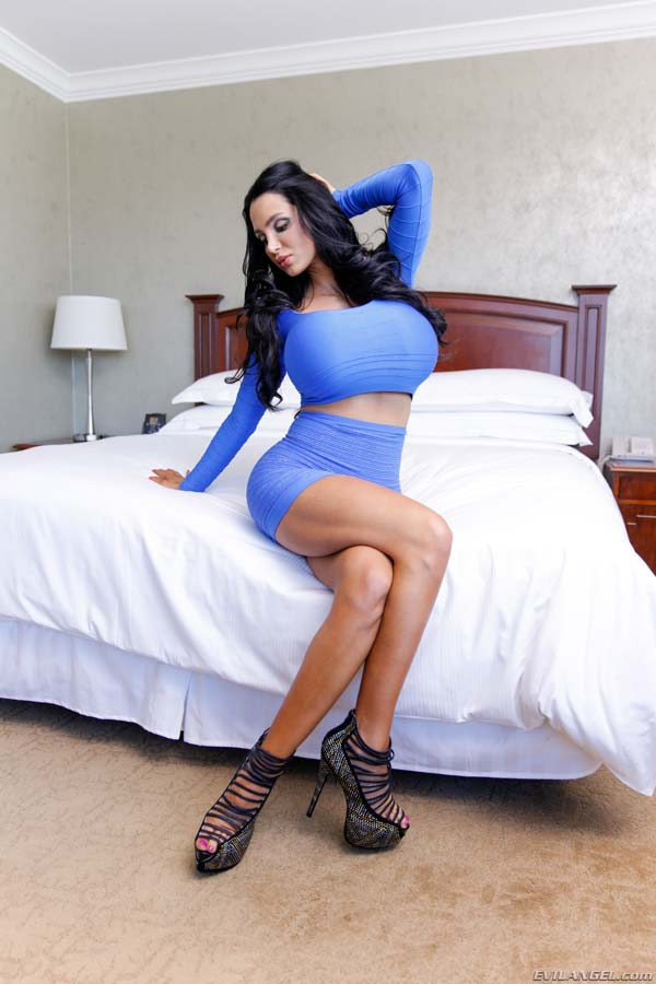 huge-titties-amy-anderssen-in-a-tight-sexy-dress_01