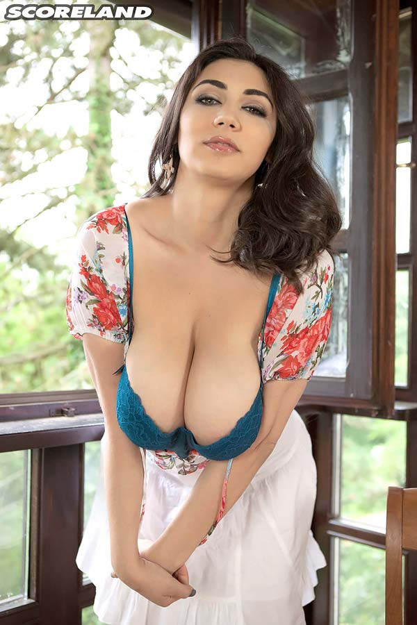beautiful-alexya-showing-her-big-natural-breasts06