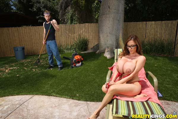 busty-milf-ariella-ferrera-in-backyard-banging3