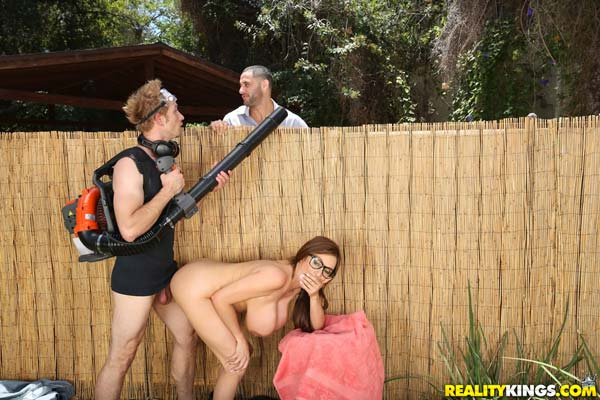 busty-milf-ariella-ferrera-in-backyard-banging5