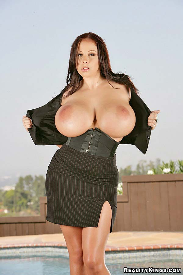 busty-pornstar-gianna-michaels-in-big-naturals-nipples-mcgee2