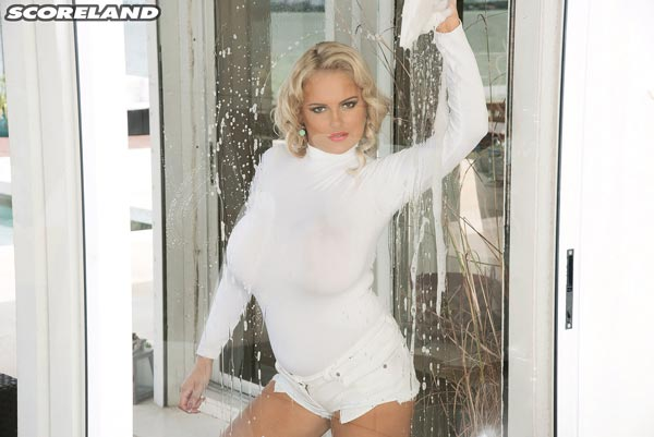 04busty-window-cleaner-katie-thornton-gets-wet