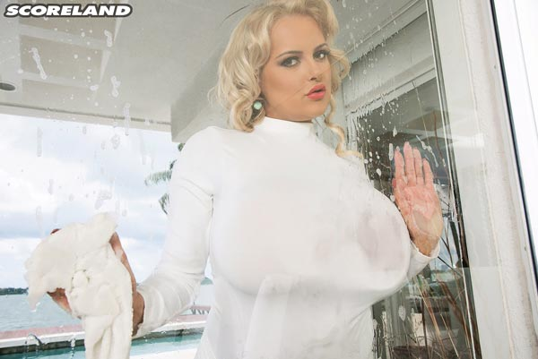 05busty-window-cleaner-katie-thornton-gets-wet