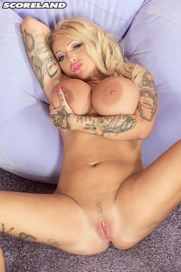 busty-and-kinky-british-bambi-blacks-showing-her-goods15