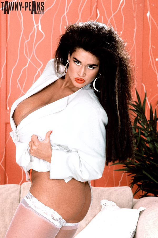 90s-busty-babe-tawny-peaks-in-a-white-jacket03