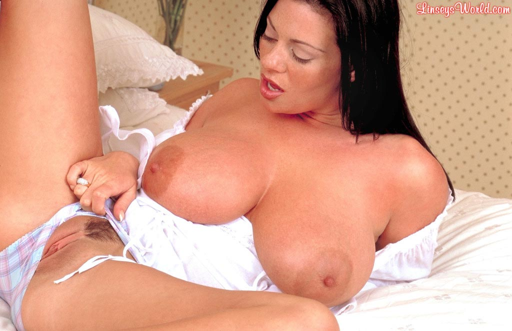 linsey-dawn-mckenzie-play-time-in-bed-22