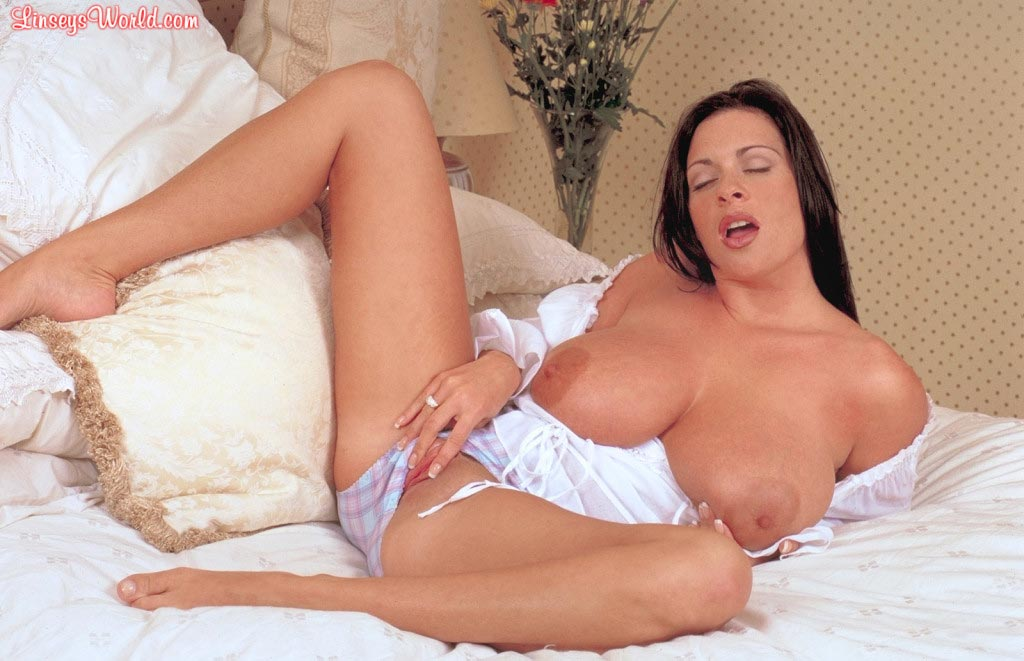linsey-dawn-mckenzie-play-time-in-bed-25