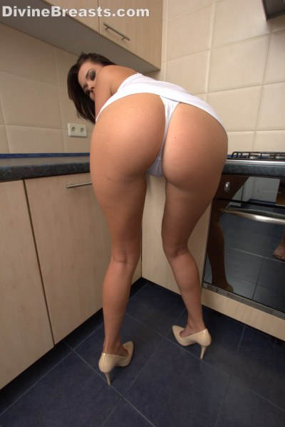 beautiful-sha-rizel-in-the-kitchen12