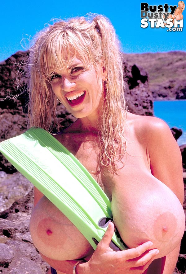 busty-dusty-at-the-beach49