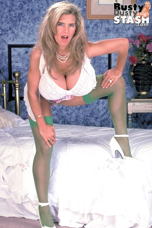 busty-dusty-in-green-stockings07