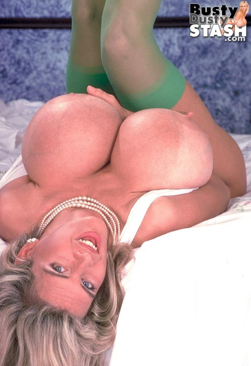 busty-dusty-in-green-stockings51