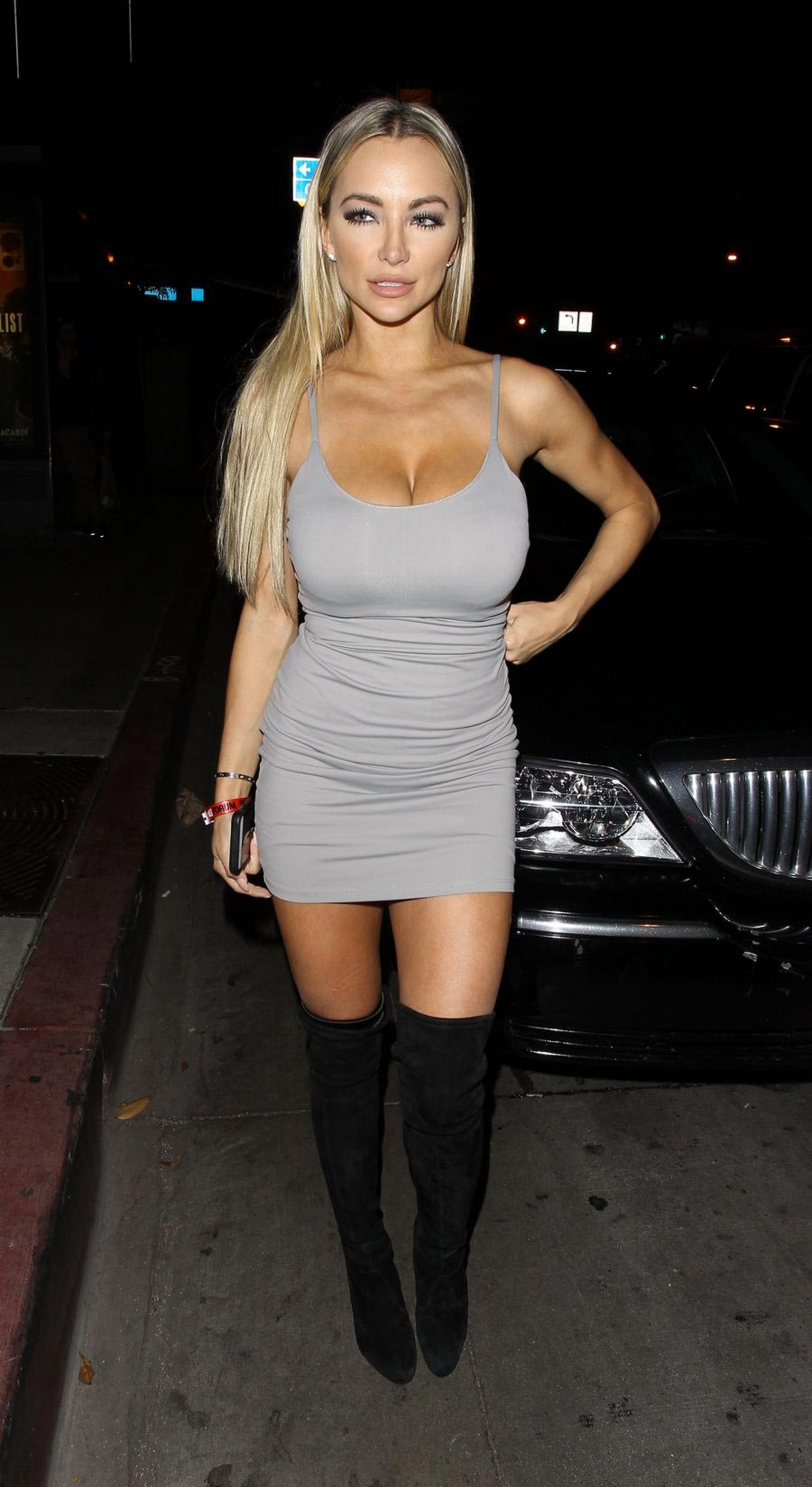 lindsey-pelas-and-her-cleavage-went-clubbing4