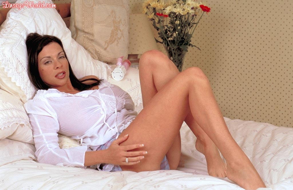 linsey-dawn-mckenzie-play-time-in-bed-01