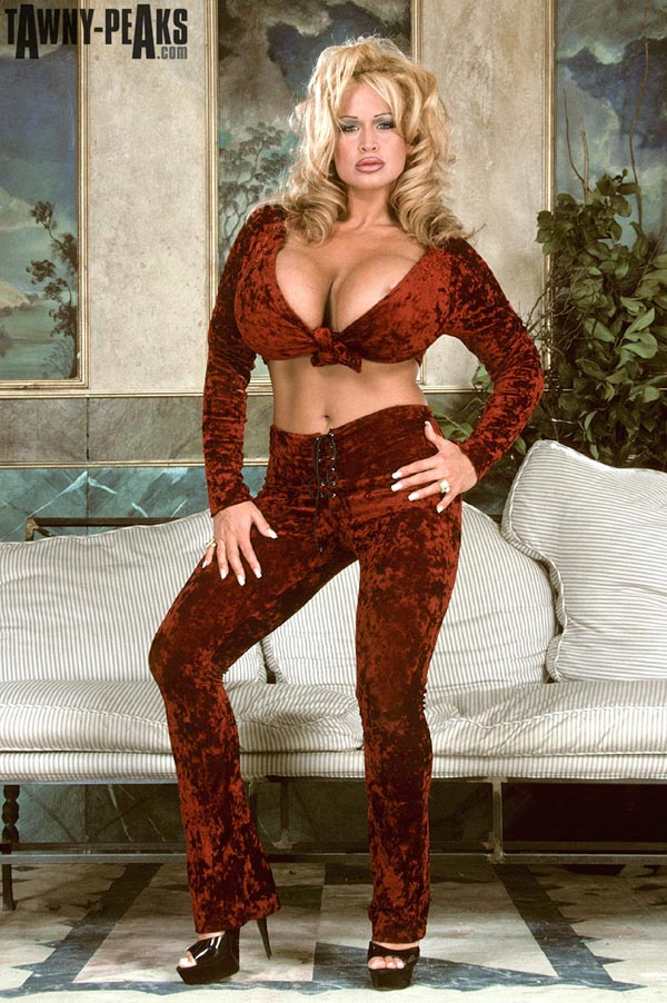 tawny-peaks-in-a-smooth-velvet-outfit-02