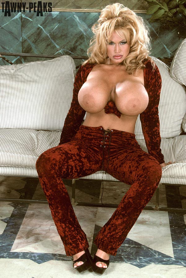 tawny-peaks-in-a-smooth-velvet-outfit-09