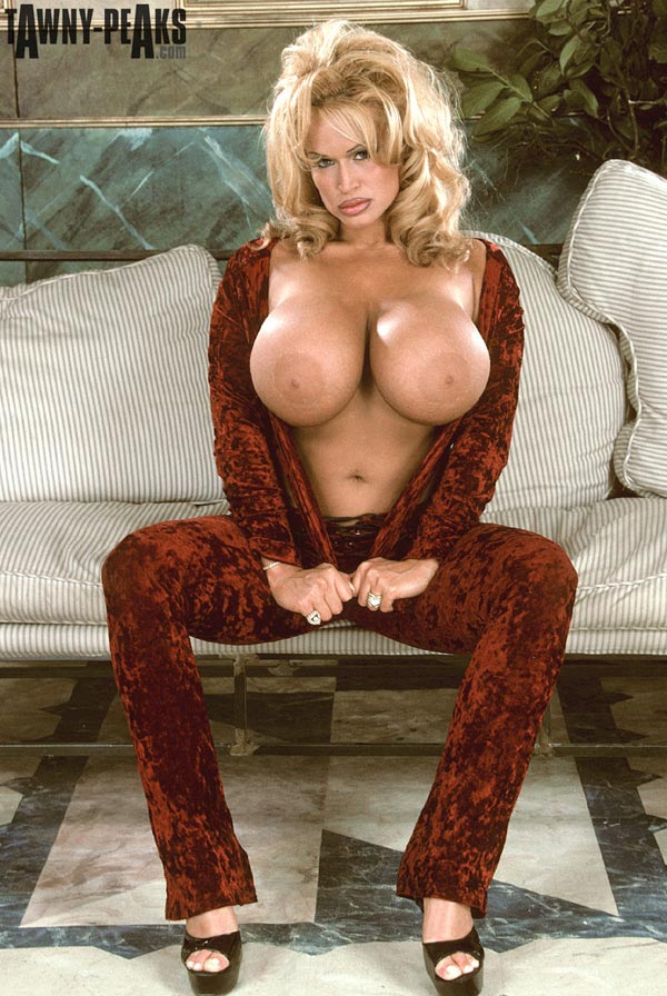 tawny-peaks-in-a-smooth-velvet-outfit-12