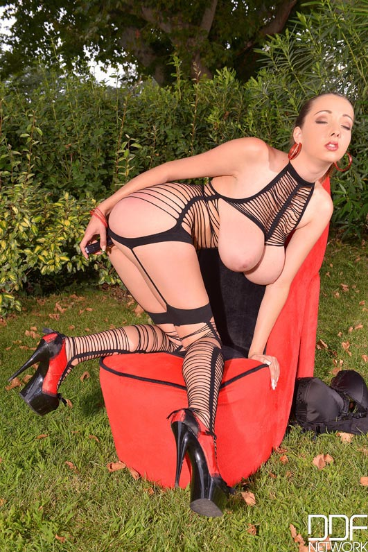 busty-buffy-in-fetish-outfit-having-fun-outdoors010