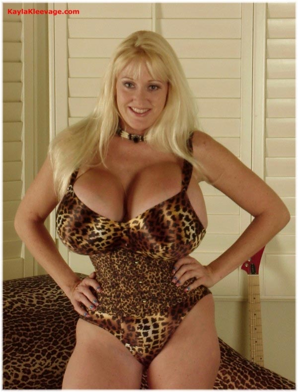 kayla-kleevage-in-leopard-lingerie4