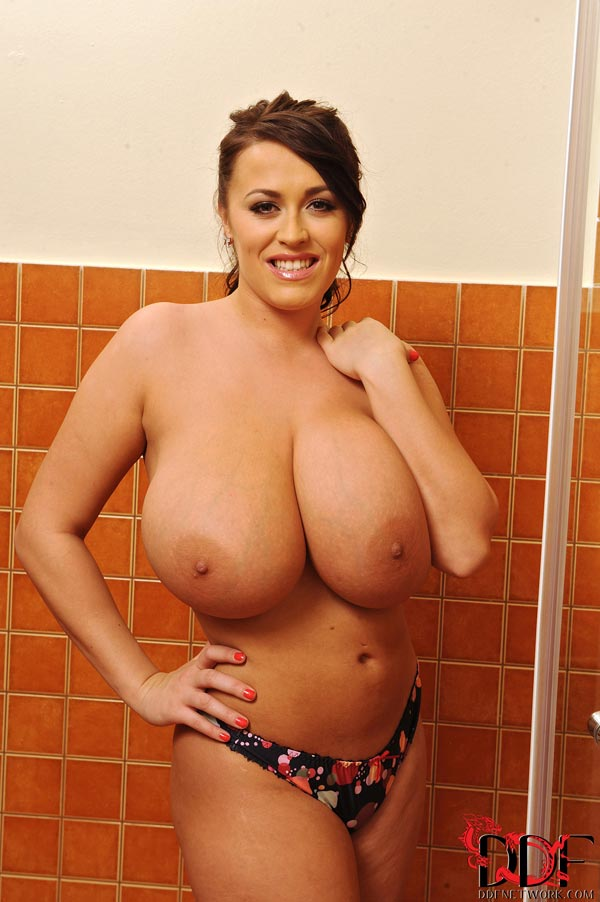 leanne-crow-busty-in-the-shower_52005032