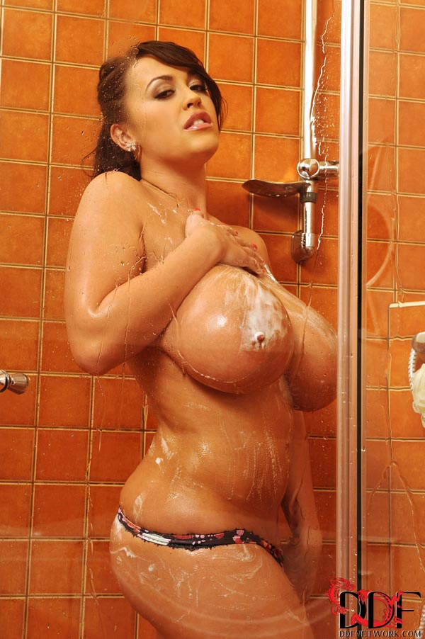 leanne-crow-busty-in-the-shower_52005072