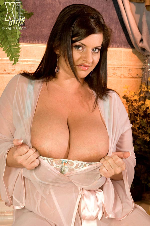 maria-moore-washing-her-huge-tits08