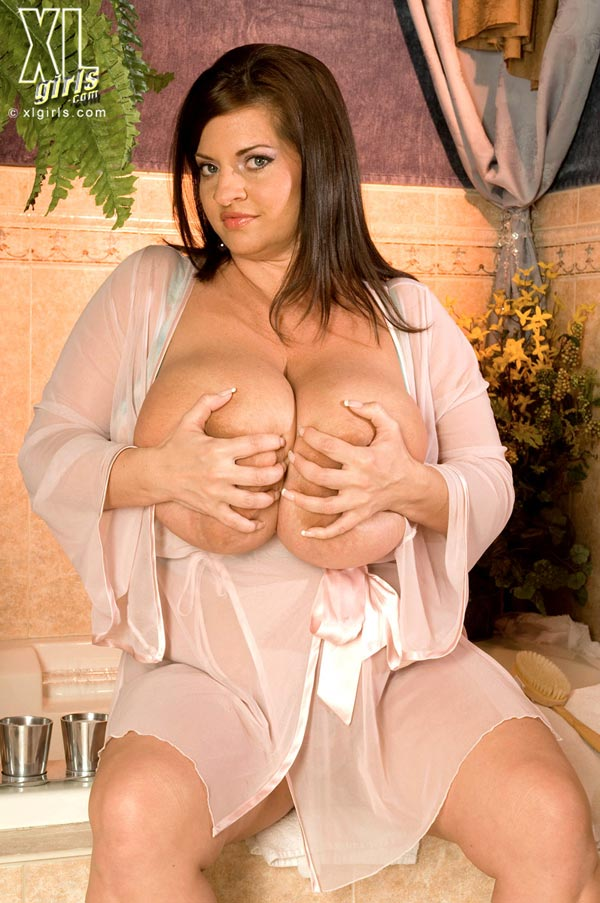 maria-moore-washing-her-huge-tits11