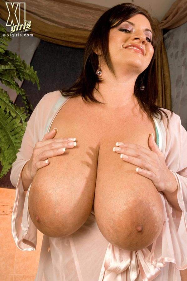 maria-moore-washing-her-huge-tits14