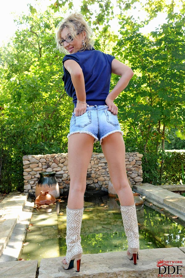 sexy-venera-in-boots-and-shorts-in-the-garden50704016