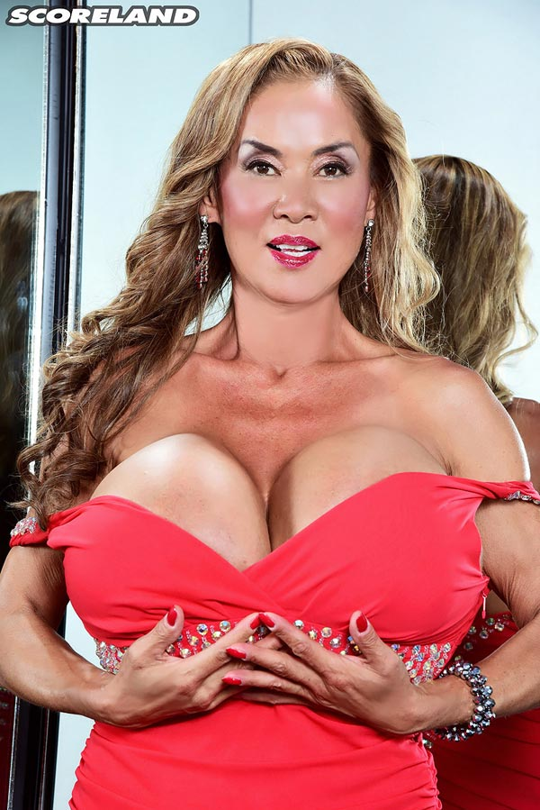 minka-returns-with-this-red-dress03