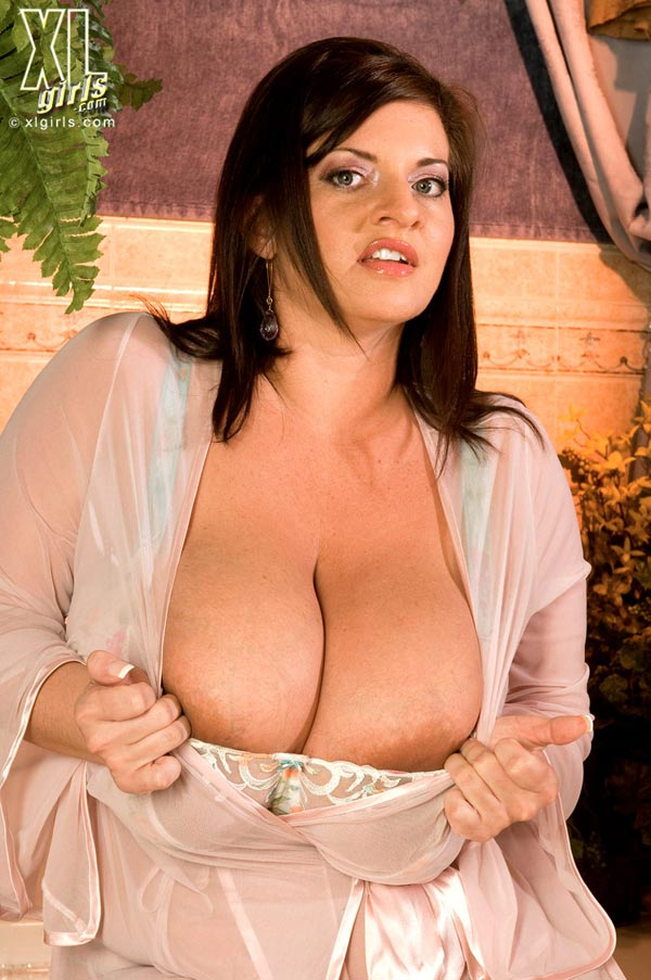maria-moore-washing-her-huge-tits09