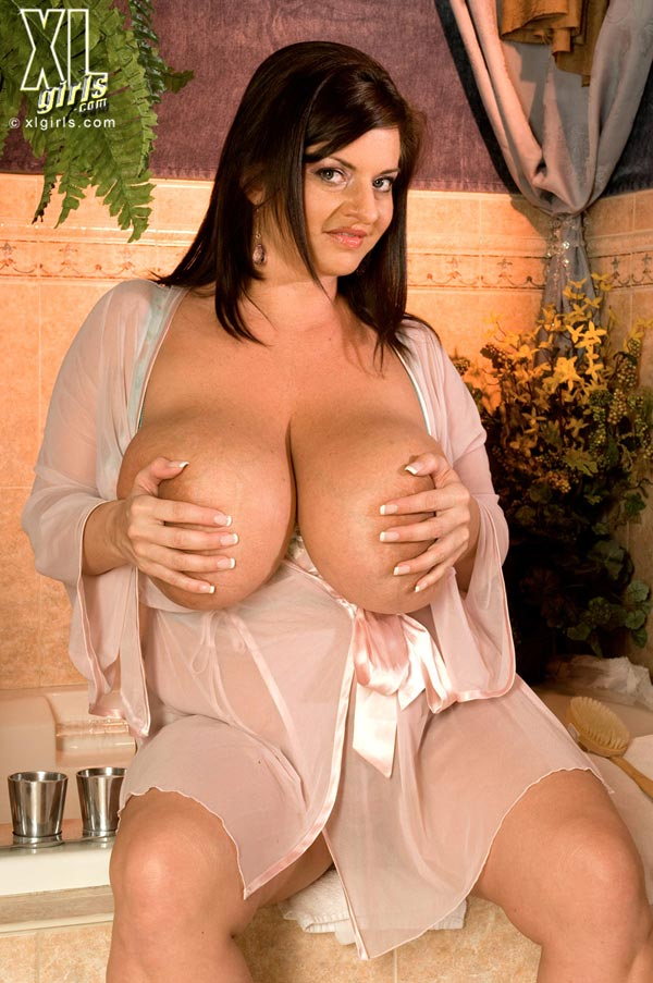 maria-moore-washing-her-huge-tits10