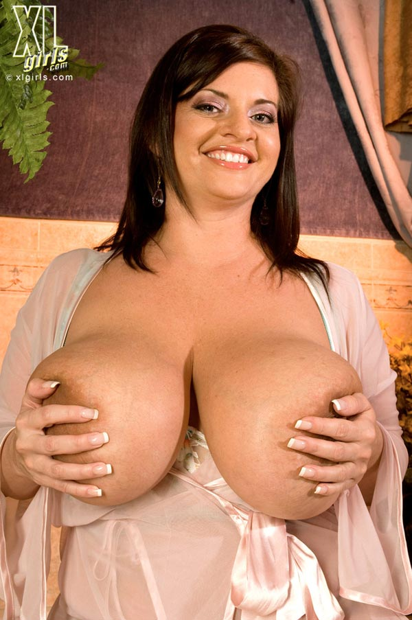 maria-moore-washing-her-huge-tits12
