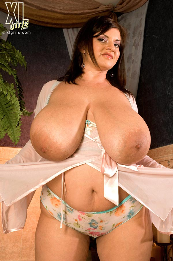 maria-moore-washing-her-huge-tits13