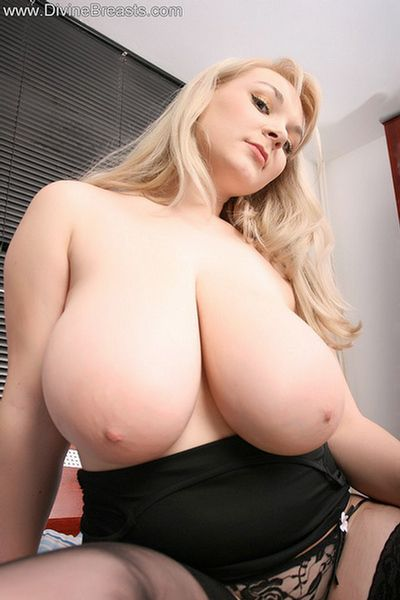 micky-bells-large-breasts-on-the-bed-3