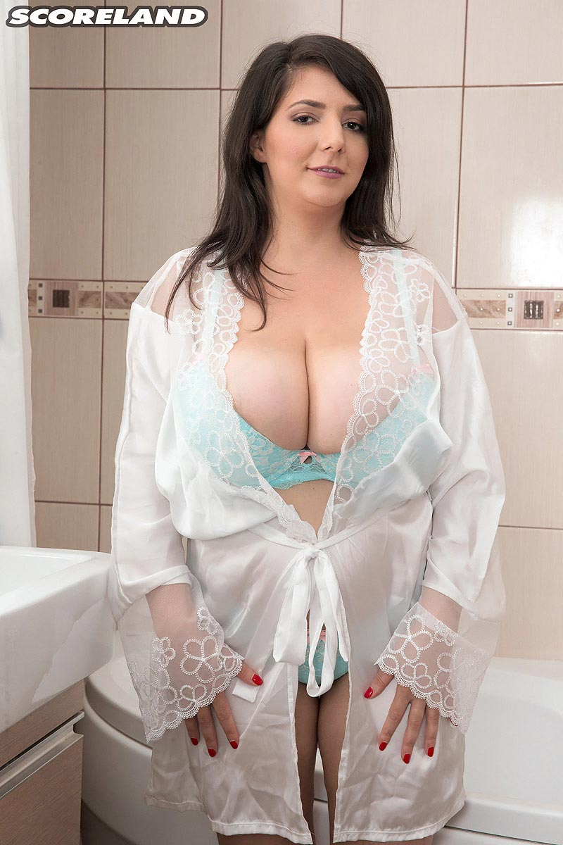 Babe Lara Porn Star curvy babe lara jones cooling off in the tub – the boobs blog